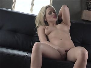 Alexis Texas enjoys thumping her fingers in and out of her slippery muff