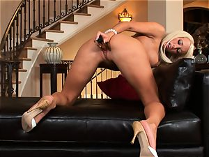 Lichelle Marie fills a hard fucktoy up her raw poon and luvs every minute