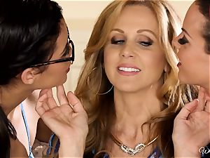 Rahyndee Julia Ann and Blair Summers girl/girl threesome