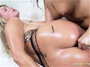 Abella Danger and Kissa Sins wear out their coochies together