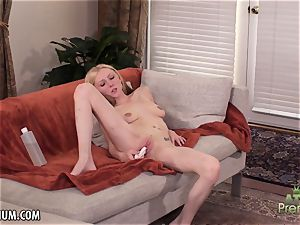 Amy Quinn loves to masturbate her coochie with a fucktoy